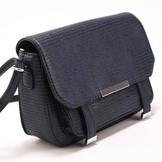 Ανάγλυφη τσάντα ώμου με καπάκι