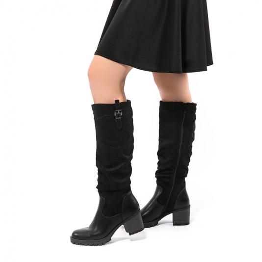 Μπότες με συνδυασμό υλικών και μεταλλική αγκράφα
