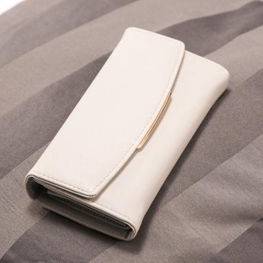 Πορτοφόλι με μεταλλική λεπτομέρεια