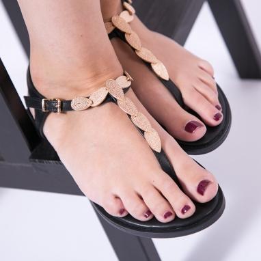 Μαύρα σανδάλια με μεταλλικό διακοσμητικό